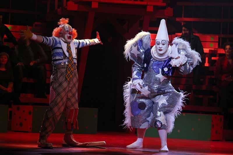 Les clowns dans LA PÉRICHOLE d'Offenbach mise en scène à l'Opéra de Metz.